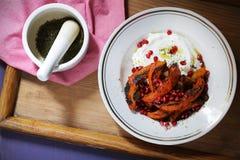 Yoghurt met gebakken gezonde pompoen, zaatar en granaatappel, royalty-vrije stock afbeelding