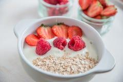 Yoghurt met granola, aardbeien en frambozen royalty-vrije stock fotografie