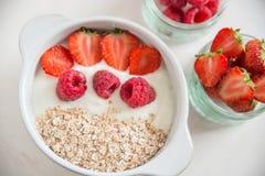 Yoghurt met granola, aardbeien en frambozen royalty-vrije stock afbeelding