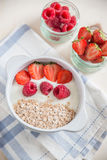 Yoghurt met granola, aardbeien en frambozen stock foto's