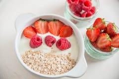 Yoghurt met granola, aardbeien en frambozen royalty-vrije stock afbeeldingen