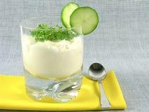 Yoghurt met komkommer en witte waterkers Stock Fotografie