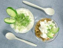 Yoghurt met komkommer en witte waterkers stock afbeelding