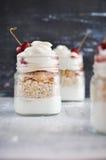 Yoghurt met muesli en aardbei op een houten lijst royalty-vrije stock foto