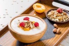 Yoghurt met muesli en vruchten stock foto's