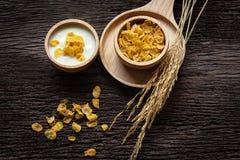 Yoghurt met muesli voor ontbijt in de ochtend, het verliesgewicht en het dieetvermageringsdieet voor vrouwen, oude houten achterg stock foto's
