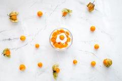 Yoghurt met physalis op steen hoogste mening als achtergrond Royalty-vrije Stock Afbeelding