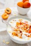 Yoghurt met verse abrikozen en amandelstroken Stock Foto