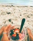 Yoghurt met voeten in zand royalty-vrije stock foto