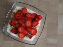 Yoghurt, mysli och jordgubbar Arkivbild