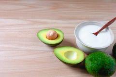 Yoghurt och avokado fotografering för bildbyråer