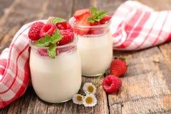 Yoghurt och bär arkivbild