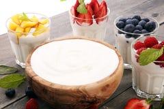 Yoghurt och bär Yoghurt för ny frukt med ny bär och peac royaltyfri fotografi