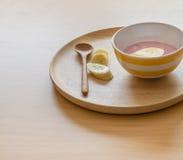 Yoghurt och banan Arkivbild