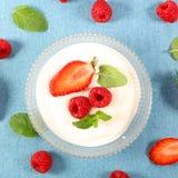 Yoghurt och frukt arkivbild