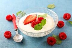 Yoghurt och frukt arkivfoton