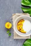 Yoghurt och persika royaltyfri bild