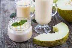 Yoghurt och smoothie med melon arkivbilder