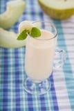 Yoghurt och smoothie med melon Läcker mejeriefterrätt för brea arkivfoton