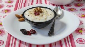 Yoghurt och valnötter Arkivfoto