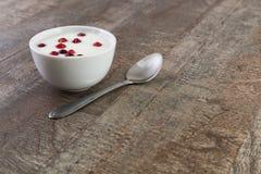 Yoghurt på tabellen arkivfoto