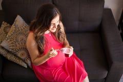 Yoghurten är bra för havandeskap Royaltyfri Bild