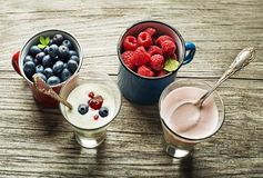 Yoghurtfruit met verse bessen Stock Foto's