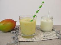 Yoghurtlassi med mango Royaltyfri Bild