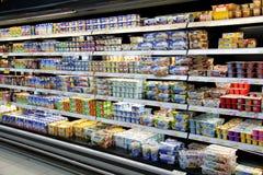 Yoghurts voor verkoop royalty-vrije stock foto