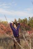 Yogi женщины практикуя outdoors Стоковое фото RF