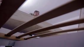 Yogi de lancement au-dessus des lattes de lit clips vidéos