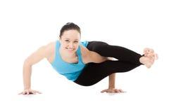 Yogi femelle dans l'asana Astavakrasana, pose de yoga de Huit-angle photographie stock libre de droits