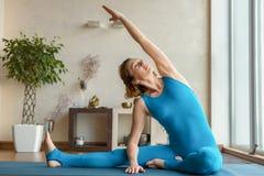 Yogi femminili allegri che si esercitano con il godimento Fotografia Stock Libera da Diritti