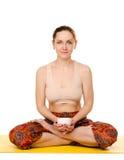 Yogi femminili di seduta con la tazza fotografie stock libere da diritti