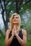 Yogi maturi della donna nella preghiera Immagini Stock