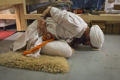 Yogi som öva på yogafestivalen 2014 i Milan, Italien Arkivbilder