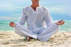 Yogi sur la plage Photo stock
