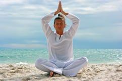 Yogi sur la plage Photos stock
