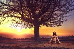Yogiman som mediterar på solnedgången på kullarna Harmoni för andlighet för begrepp för livsstilavkoppling emotionell med naturen arkivfoton