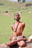 Yogin en el Himalays Foto de archivo