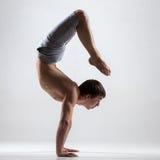 Yogin man i yogaskorpion poserar, sidosikten Royaltyfri Bild
