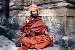Yogin senta-se perto do templo Imagens de Stock Royalty Free