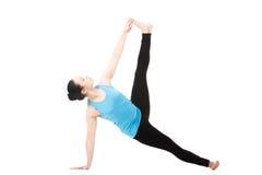 Yogin som är kvinnlig i yoga, poserar Vasisthasana Arkivbild