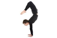 Yogin som är manlig i yogaskorpion, poserar Vrischikasana 2 Arkivfoto