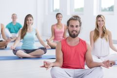 Yogins que medita na pose do sukhasana Fotografia de Stock