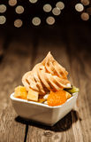 Yogourt glacé fort et piquant d'agrume avec la salade de fruits Images libres de droits