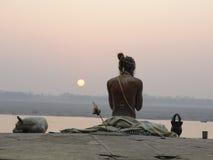 Yogui en la India, Varanasi Ganga diciembre de 2015 Foto de archivo