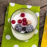 Yogur adornado por las bayas congeladas Fotos de archivo