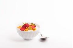 Yogur blanco con las fresas y el copo de maíz frescos Fotografía de archivo