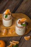 Yogur blanco natural del organig fresco en los tarros de cristal con la mandarina Fotografía de archivo libre de regalías